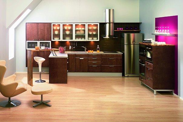 Черная кухня с деревянной барной стойкой